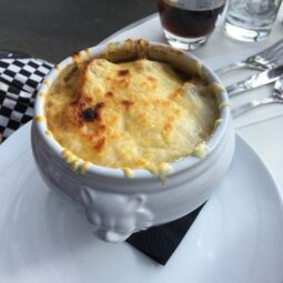 Вариант подачи лукового супа в парижском ресторане