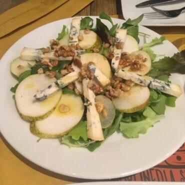 Салат с грушей и сыром горгондзола