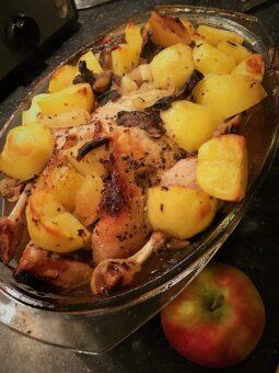 Утка фаршированная яблоками с картофелем и подберезовиками