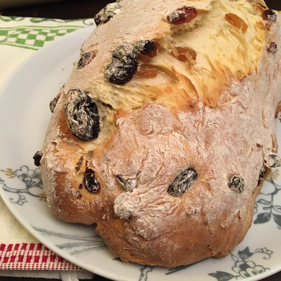Ароматный хлеб для завтрака с изюмом