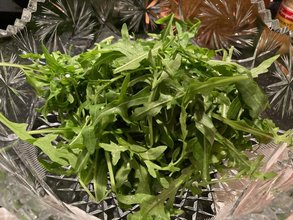 Салат из говядины с овощами и рукколой