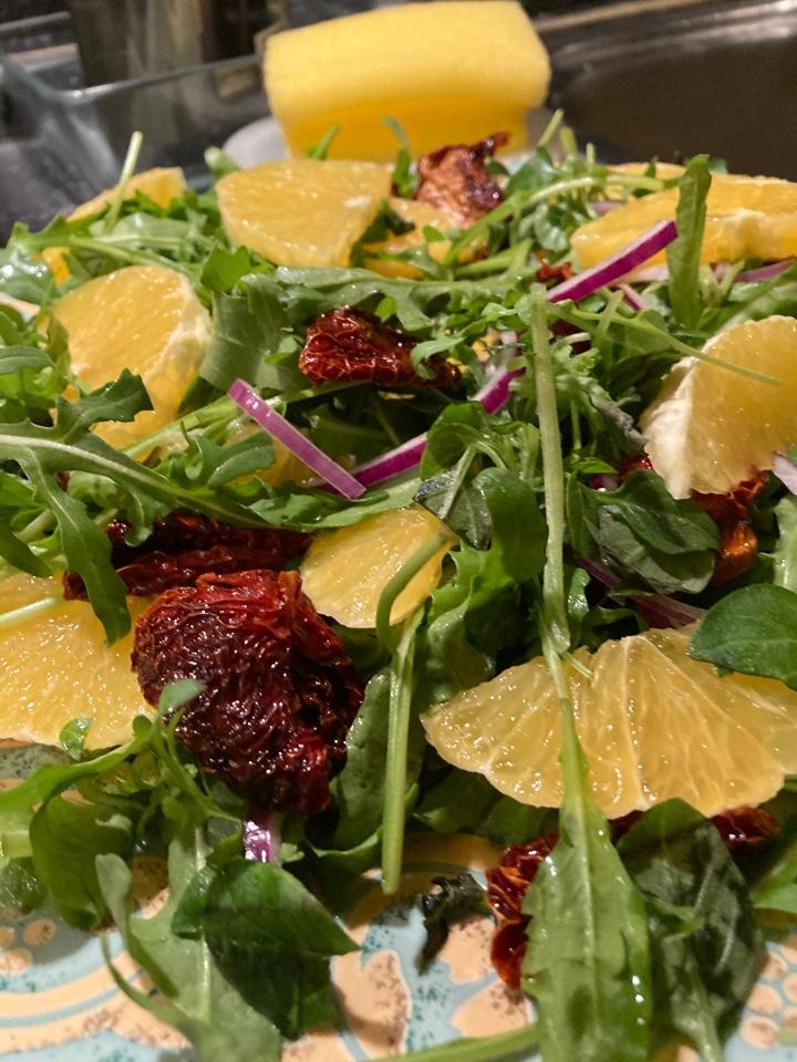 Салат с авокадо, королевскими креветками, сыром пармезан и руколой