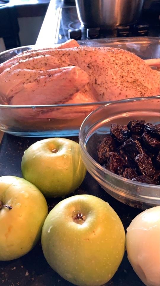 Утка с яблоками и черносливом