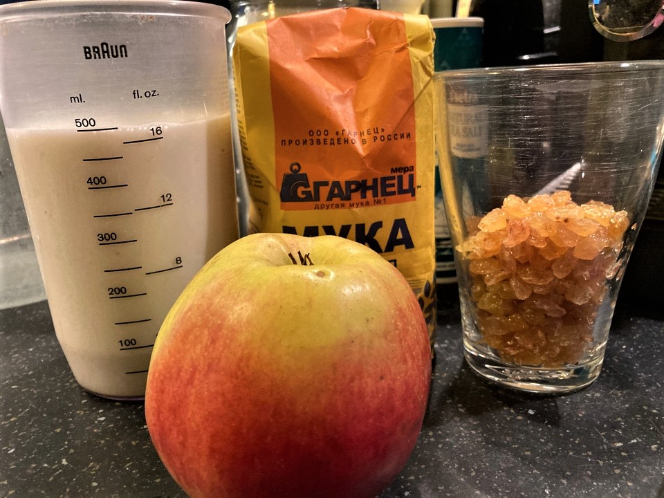 Пышные рисовые блинчики с изюмом и яблоком